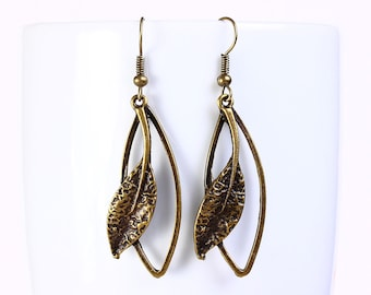 Antique brass leaf drop dangle earrings (557)