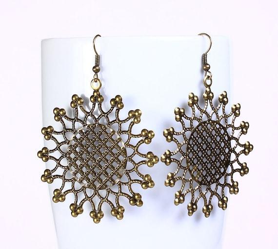 Antique brass flower round drop earrings (536)