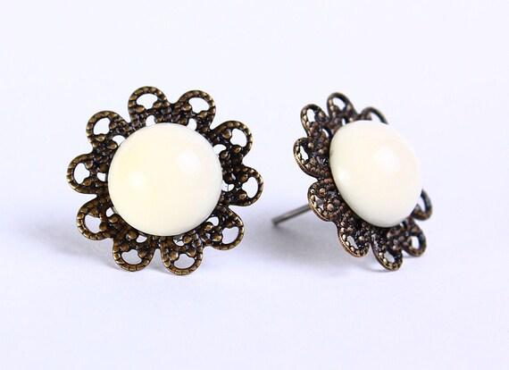 Vintage cream ivory hypoallergenic surgical steel post earrings (470)
