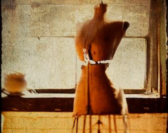 Mannequin   Fotografie Druck   Winter Sonne Fenster   Kürbis Orange    Butter Gelb   Ziegel Wand   Rost   Nähen Form   Vintage Modell Kleid
