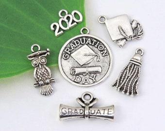 PRETYZOOM 30pcs Graduation Charms Antique Silver Graduation Cap Charm Pendants for DIY Craft Graduation Tassel Necklace Bracelet Earrings Jewelry Making