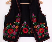 vest with embroidered colourful flowers