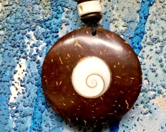 rainforest- free wood 100/% natural sea shell 1970s mop Beach surf Individually handcrafted sharks tooth necklace Vintage jewlery