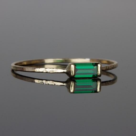 14 KT GOLD PLATED HAMMERED TOE RING WITH AN EMERALD CRYSTAL DANGLE MAY