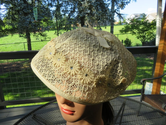 Vintage 1950's ladies Off White crochet style Bere