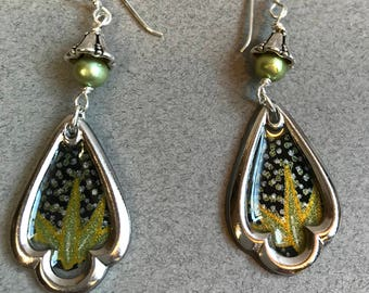 Trefoil Resin and Japanese Paper Framed Earrings with Capped Glass Pearls (black/green/gold)