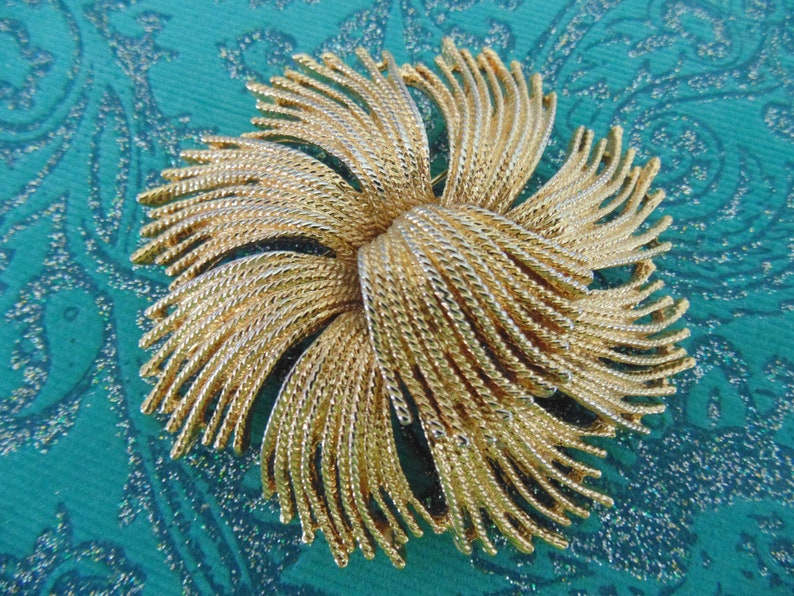 Beautiful Vintage Monet Cordelia Brooch Fireworks Tassels Swirl Flower