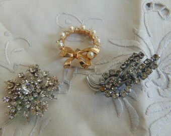 collection of three vintage brooches diamante gold tone pearls pins