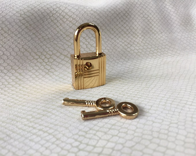 Large Gold Colored Grooved Square  Working Padlock