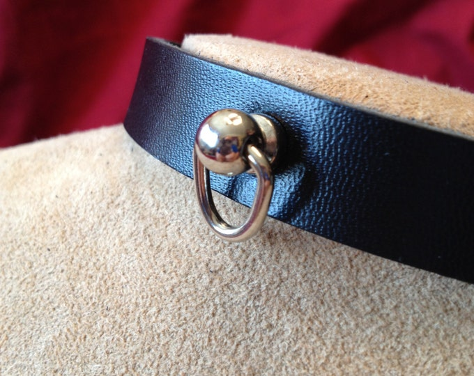 Small Knocker-type Ring with Medium Leather Collar