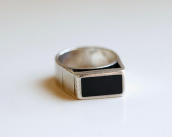 Vintage silver and onyx cut out ring / 60s geometric mans sterling ring /  black unisex ring / simple abstract sterling band ring size 8 1/2