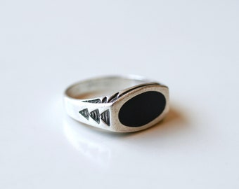 1970s sterling and onyx Native band with arrows / 70s hippie vintage silver and black stone simple band ring size 7 1/2