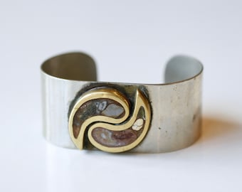 1970s brass ying yang cuff with inlay stones / 70s vintage Grecian silvertone and brass metal cuff bracelet inlaid agates / Pisces jewelry