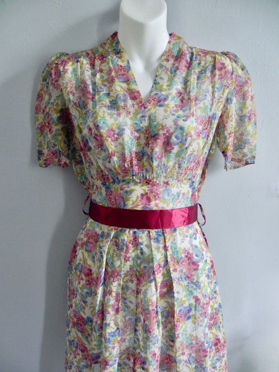Vintage 30s Dress with Lovely Deco Flowers and pu… - image 1