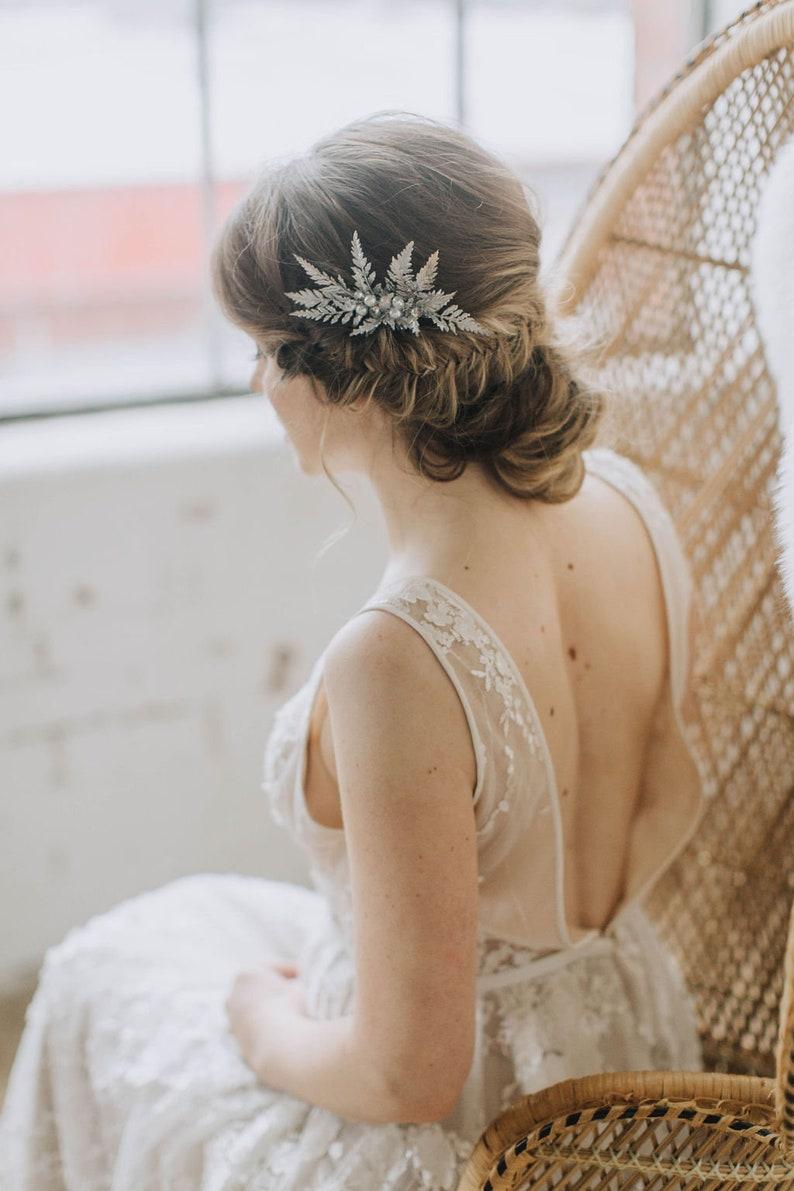 Brautfrisur hochgesteckt mit Haarschmuck