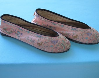 Chinese Shoes Vintage c.1920s Pale Pink Silk Flats Hand Embroidered Flowers & Birds Hong Kong Label Leather Soles Approx. Size 6 /2