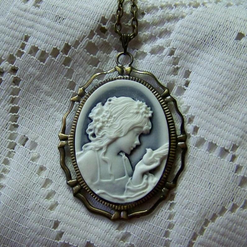 fe5f0fff9ab2 Camafeo de la diosa Afrodita joven con Paloma colgante