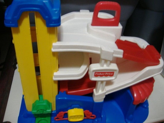 1995 Fisher Price Toy Parking Garage Gas Station Little people #2393  Elevator Ramps