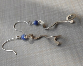 Wavy earrings in silver with sodalite beads