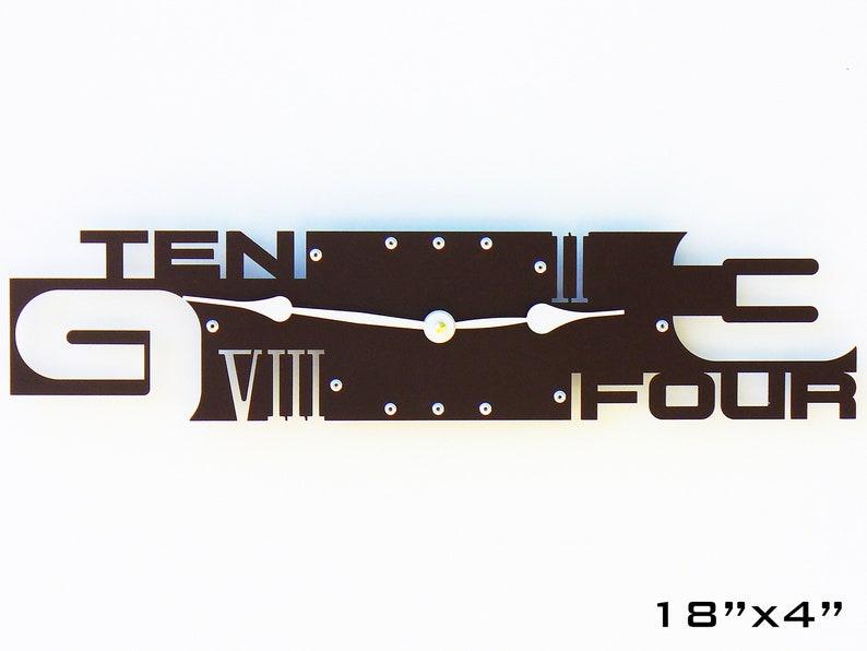 Horloge murale moderne / Art Métal Brun / Décor unique à la maison / Forme de visage rectangle personnalisée contemporaine / Nombre de chiffres romains en infériorité numérique VI