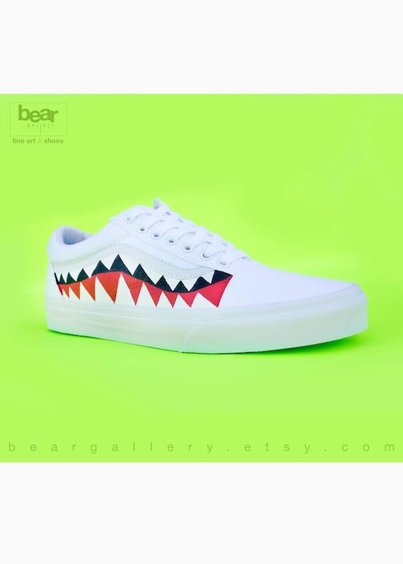 Scarpe personalizzate Bape Vans con iniziali Denti di squalo dipinti a mano Bianco vecchio Skools con pittura dei denti e iniziali sui talloni