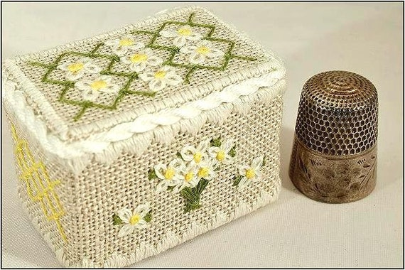 April Daisy - Thimble Box Treasures Birthflower Series Cross Stitch Kit by NOTEWORTHY NEEDLE Includes Bamboo Snap-Together Box! Birth Flower