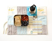Travel placemat for organic boys. Ecofriendly placemat with cutlery pocket in blue, yellow and gray. Patchwork placemat in organic cotton.