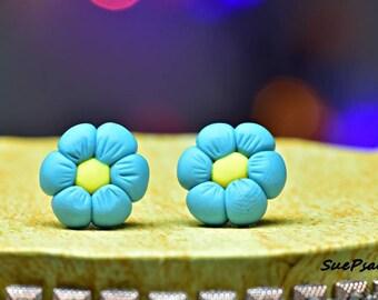 Daisy Stud Earrings, Small Blue Daisy Earrings, Stud Earrings, Polymer Clay Flower Earrings, Blue Flower Earrings, Hand made, Hand Sculpted