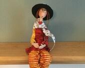 Poupée d'art ecclusive,chapeau noir,chapeau de paille,rouge, jaune et blanc,figurine,poupée artistique,poupée fait main,lunette ronde,