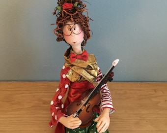 ooak art doll,figurine,poupée,marionnette,puppet,green,red,gold,violon,red bow,curley hair,red hair,eye glasses,poupée d'art,music,flowers,