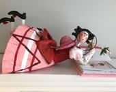Fanfreluche,poupée d'art,histoire,livre,rose,rouge,boucle rouge,poupée,mobile,poupée artistique,poupée décorative,émission pour enfant
