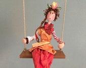 poupée d'art,pantalon rouge,balançoire,rose,fleur,rayures,pois,tresse,mobile,figurine,poupée décorative,poupée artistique