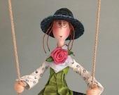 rose,poupée d'art,turquoise,rose,noir,vert,pantalon turquoise,balançoire,chapeau de paille,poupée unique,lunette ronde,poupée décorative