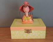 poupée d'art,boîte décorative,boîte à bijoux,chapeau de paille,vert,orange,chapeau orange,rose,pêche,
