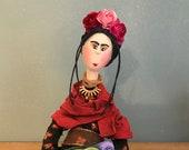 Frida Kahlo,poupée d'ar, poupée unique,roses,fleurs,Mexique,artiste peintre,femme artiste,perroquet