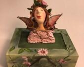 Boîte de fée,fée,boîte décorative.ailes,enfant,poupée d'art,poupée décorative,poupée artistique,marionnette,boîte fait main,poupée unique