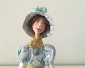poupée décorative,poupée d'art,dame en bleu,chapeau,chapeau d'été,marionnette,sereine,calme,zen,yoga,