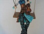 poupée d'art,violoniste,poupée artistique,violon,lulu,rouquine,turquoise,cuivre,noir,bleu,balançoire,mobile,figurine