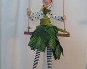 Poupée d'art,poupée artistique,poupée qui aime la nature,figurine,poupée sur balançoire,fée des bois,marionnette,collant noir et blanc