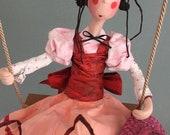 Fanfreluche,raconteuse,poupée d'art,personnage connu,poupée artistique,rose,rouge,boucle rouge,poupée décorative,balançoire,