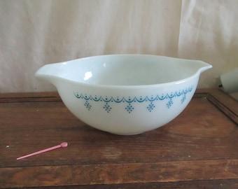 Pyrex White Snowflake Garland Cinderella Mixing Bowl, Vintage 443 2 1/2 Quart