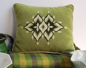 """Vintage 1960s LIME GREEN Bargello Needlepoint Wool Cushion Lumbar Pillow with insert, olive cream with velvet backing {11"""" x 13.5""""}"""