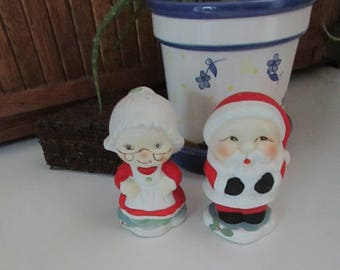 Mr. & Mrs.  Santa Claus Salt and Pepper Shakers – Ceramic Santa and Mrs. Claus Shakers – Vintage Christmas Table Décor