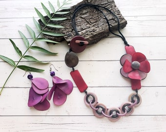 Tagua plum flower statement necklace/Chunky chain necklace/ Bold Flower Asymmetrical necklace/ Handmade necklace/ Purple chained necklace
