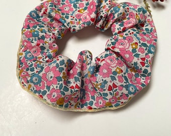 SCRUNCHIE // made with Liberty Fabric Tana Lawn // hair accessories // Liberty print Betsy Ann E (Pink)