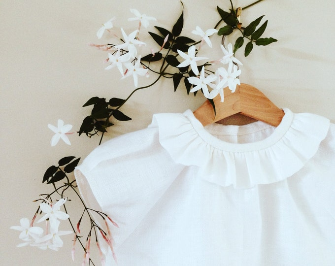FRILLED ZINNIA BLOUSE constructed in white linen