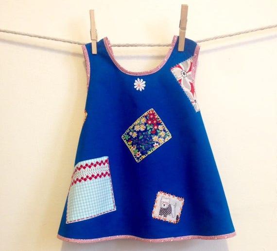 Taille 2 dos croisé tablier robe Costume enfant, bleu avec des patchs, broderie à la main, croquet, un d'un genre unique