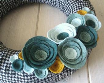 Yarn Wreath Felt Handmade Door Decoration - Houndstooth 12in