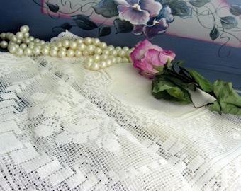 Commode foulard, chemin de Table, en lin Vintage et chemin de Table dentelle, foulard commode dentelle, dentelle filet, crème, par mailordervintage sur etsy