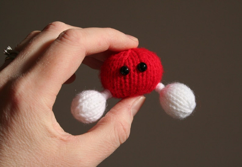 Knit your own Amigurumi Water Molecule Brooch pdf knitting image 0
